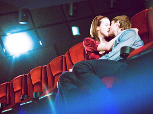 Последний ряд кинотеатра - отличное место для поцелуя