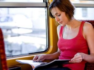 Чтение книг и журналов в поезде