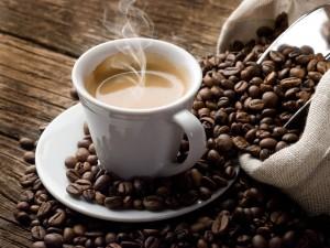 Чашка крепкого кофе против сонливости