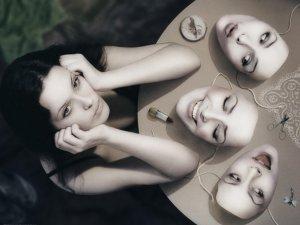 Наличие нескольких личностных масок